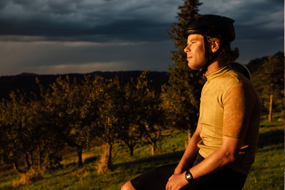 Isadore(イザドア)のウェアを着て走るサイクリストたちの後ろ姿